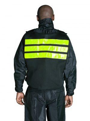 modelo usando jaqueta com fita reflexiva alba